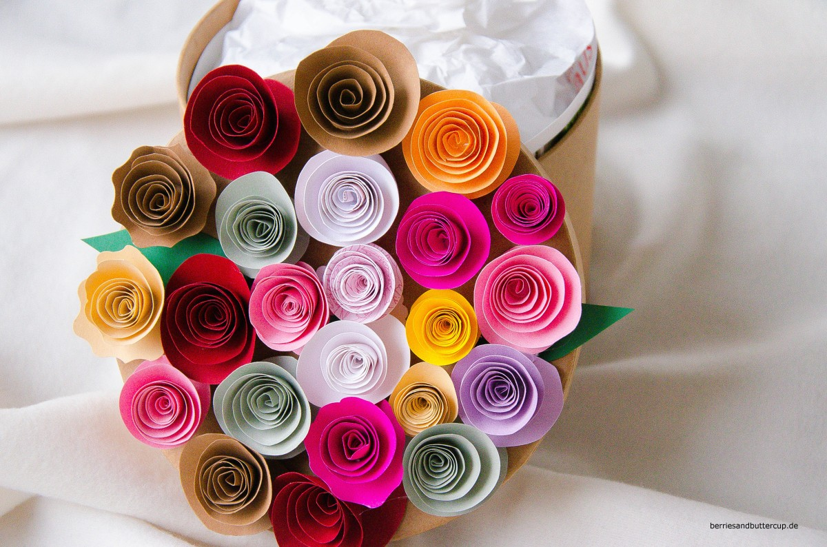Geschenke verpacken Teil 2: Papierblumen DIY und Geschenketiketten